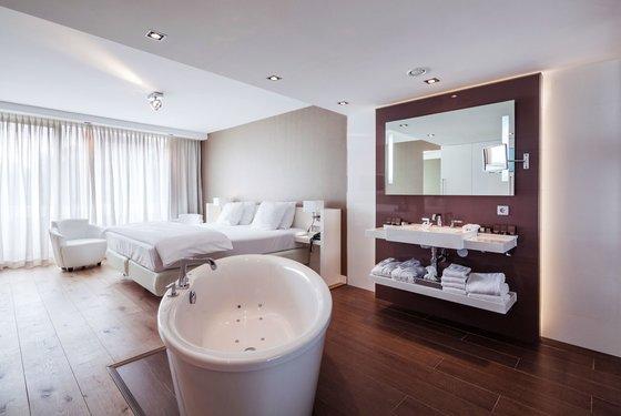 Balkon Met Jacuzzi : Twee persoons jacuzzi op kamer in assen hotelkamer met jacuzzi
